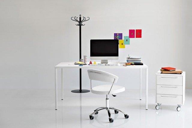 Heron di Calligaris è un grande tavolo-scrittoio in metallo con un design rigoroso e spessori minimi; il piano è in poliuretano racchiuso da una lamiera metallica sagomata sui bordi, le gambe a sezione quadra sono fissate sugli angoli e i piedi sono regolabili. Misura L 160 x P 90 x H 75 cm. Prezzo 1.344 euro. È abbinato alla sedia su ruote New York con la seduta in finta pelle bianca, prezzo 259,50 euro e alla cassettiera Trailer in legno bianco lucido, misura L 47,5 x P 47,5 x H 63 cm, prezzo 475 euro. www.calligaris.it