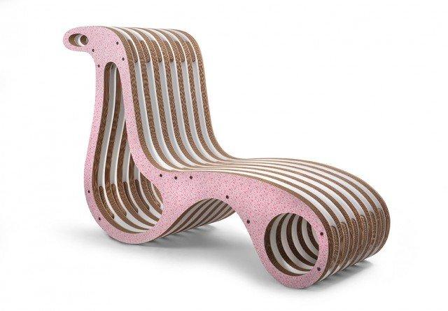 In cartone e legno di rovere, X2Chair di Lessmore è una chaise longue ergonomica, ecosostenibile e riciclabile. Ha una linea sinuosa e raffinata che la rende un vero oggetto design. Può essere usata anche in spazi esterni coperti. Misura L 161 x P 61 x H 106 cm. Prezzo 1.179,80 euro. www.lessmore.it