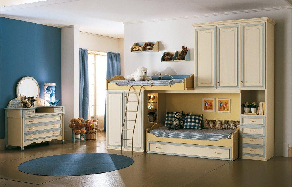La composizione 123 Happy Night di Ferretti e Ferretti riunisce su una sola parete due letti, due armadi e una cassettiera. Gli arredi hanno uno stile classico, vagamente rétro e una raffinata finitura, con prodotti all'acqua, patinato magnolia con sovracolore azzurro e giallo. L'armadio ha la struttura in tamburato spesso 30 mm e gli interni in noce tanganika, misura L 353,2 x H 263 cm. Prezzo della composizione 8.320 euro (escluso comò e specchiera). www.ferrettieferretti.it