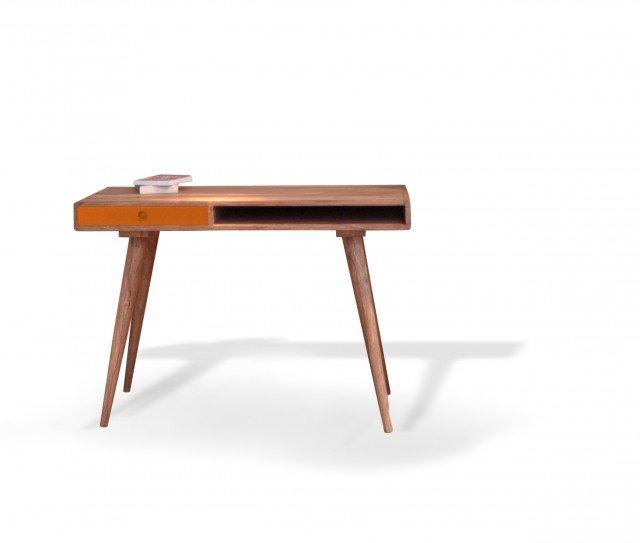 Marlene di Novità Home è un piccolo scrittoio in legno di shisham con il piano in Mdf arancione. Ha un design ispirato agli Anni Cinquanta. Misura L 115 x P 50 x H 80 cm. Prezzo 613 euro. www.novitahome.it