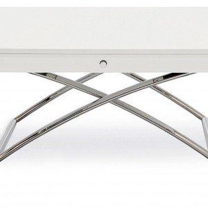 È regolabile in 7 altezze il tavolino Magic-J di Calligaris. Ha gambe in metallo cromato, struttura e piano in laccato bianco lucido e prolunga in vetro. Misura L 110 x P 75/150 x H 34/74 cm. www.calligaris.it