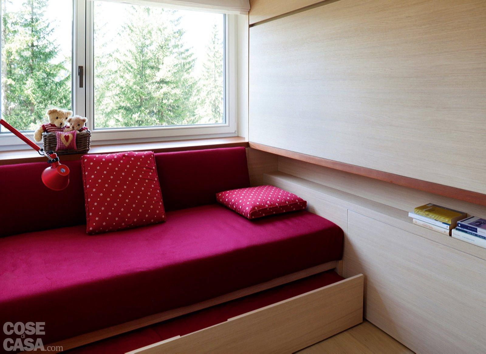 57 mq con ambienti mutevoli cose di casa for Divano davanti porta finestra