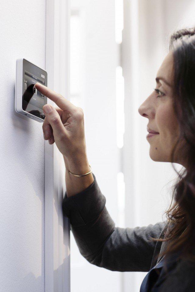 I lucernari Velux Integra, elettriche e solari, sono dotate dell'innovativo control pad touch screen, grazie al quale è possibile azionare a distanza o programmare finestre, tende interne o esterne e tapparelle. 8 i programmi predefiniti: è possibile per esempio svegliarsi con la luce del sole e uscire di casa senza preoccuparsi di controllare le finestre, perché con un solo tocco si possono chiudere tutte. In caso di pioggia poi le finestre si chiudono automaticamente grazie al sensore fornito di serie. Infine un programma pensato per le vacanze alza e abbassa tende e tapparelle, simulando la presenza in casa. Oltre ai programmi preimpostati, se ne possono creare di nuovi, personalizzati.