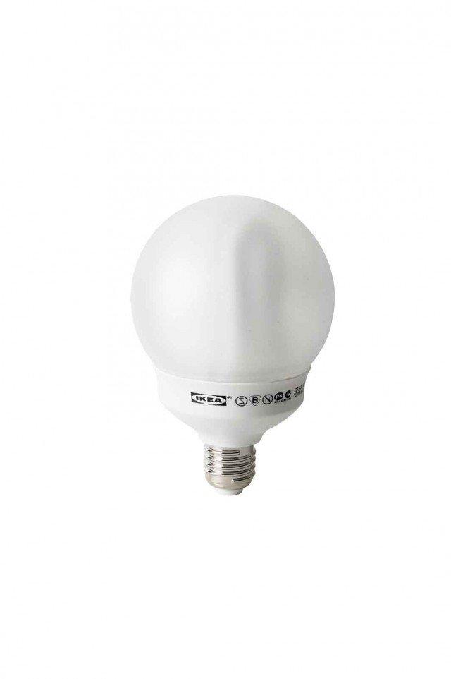 A 20 W con attacco E27, la lampadina consuma 20 kWh/1000 ore. Sparsam di Ikea è in classe A.www.ikea.it