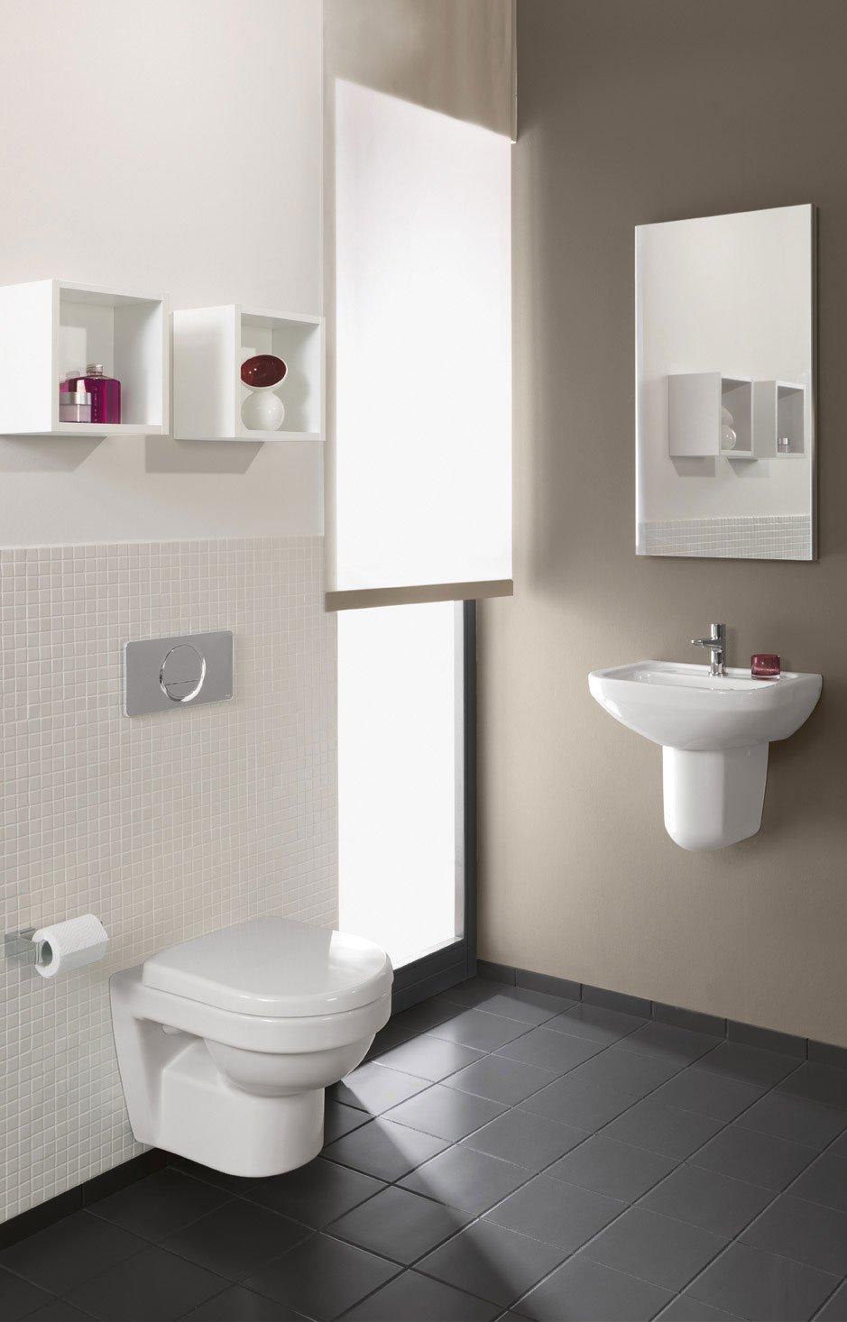 sono realizzati in porcellana bianca per sanitari il lavamani compact e il vaso sospeso della collezione
