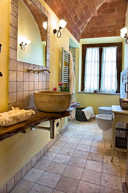 Piastrelle Arancioni Per Bagno pareti décor in bagno: come scegliere i materiali giusti