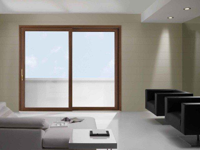 È in PVC la finestra alzante scorrevole di Fossati Serramenti con un'anta fissa e una scorrevole. In finitura Nussbaum è costruita con sistema HS Climatek Plus. Dotata di rinforzi in acciaio Veka per garantire una migliore solidità statica, ha vetrocamera composta di lastre a bassa emissività, canalina warm-edge e riempimento della camera a gas argon. Il binario inferiore in alluminio consente lo scorrimento dei carrelli ad alta portata in tutta silenziosità. Prezzo su preventivo. www.fossatisrl.com