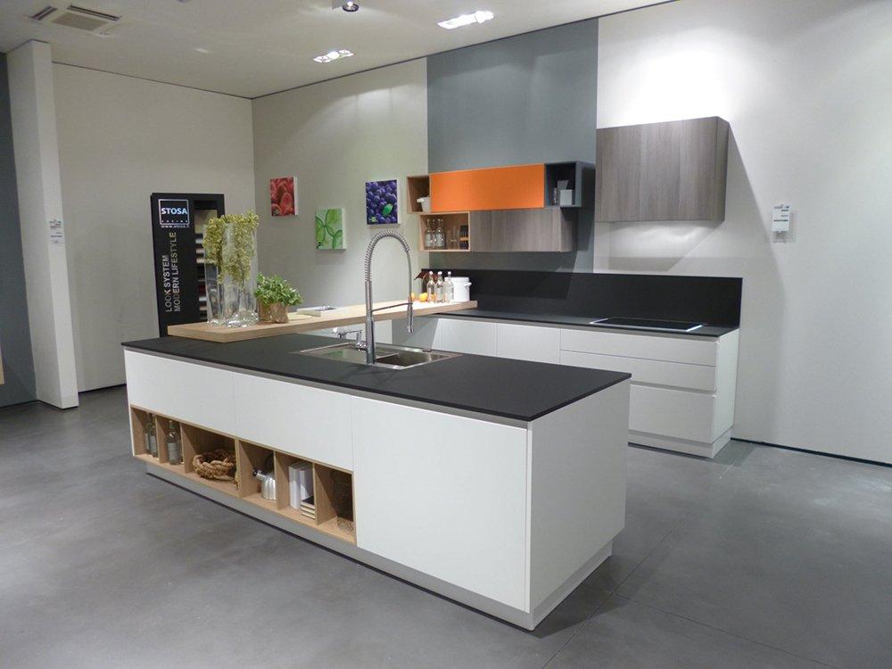 Materiali innovativi per i piani delle cucine cose di casa for Piccoli piani cucina con isola