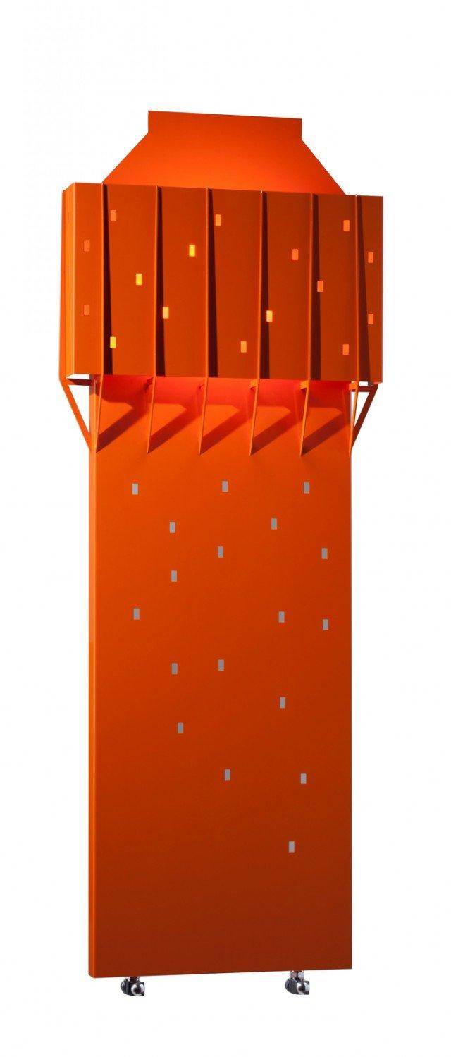 È un omaggio a Milano e a uno dei suoi grattacieli più celebri il radiatore Velasca di Brem. Realizzato interamente in acciaio verniciato, è caratterizzato da un sistema di retroilluminazione che diffonde una tenue luce d'ambiente. Misura L 60 x H 147 cm. Prezzo su richiesta. www.brem.it