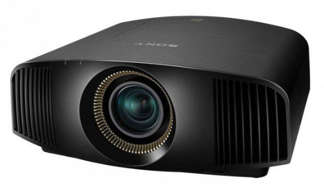 Il proiettore VPL-VW300ES di Sony è in grado di convertire in tempo reale i Ddv e i Blu-ray™ in Full HD in 4K. Il design è compatto: L 49,5 x P 46,3 x H 19,5 cm e il prezzo di vendita si aggira intorno ai 7mila euro. www.sony.it