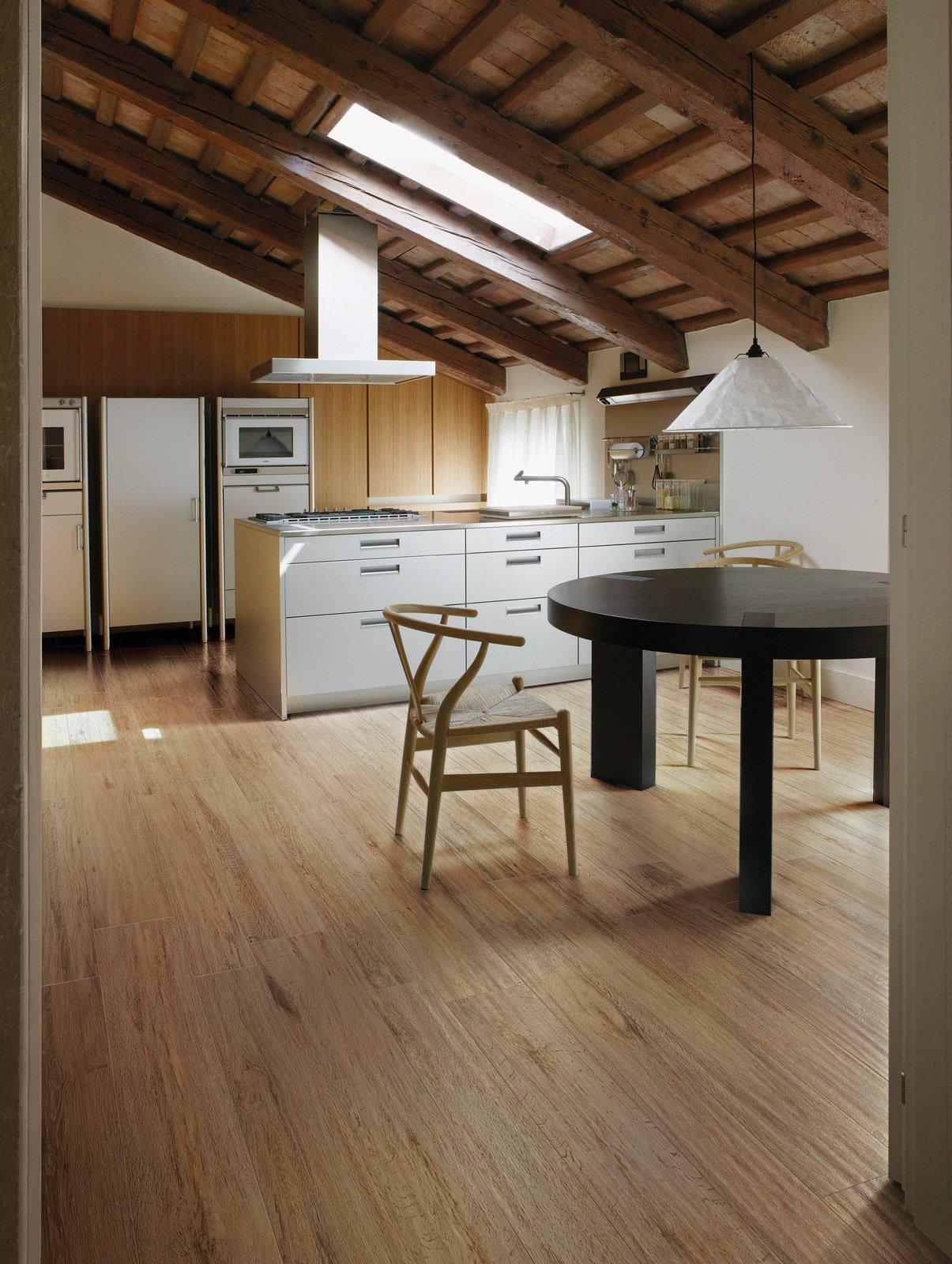 Scegliere il pavimento della cucina effetto legno - Levigare il parquet senza togliere i mobili ...