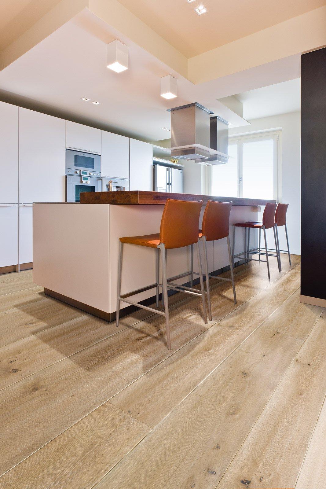 Scegliere il pavimento della cucina effetto legno - Parquet su piastrelle ...