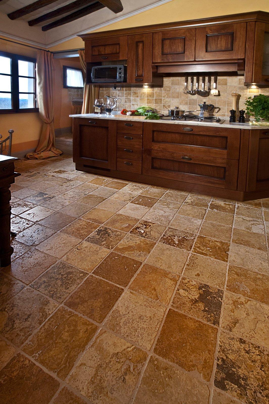 Scegliere il pavimento della cucina effetto legno for Arredamento colorato