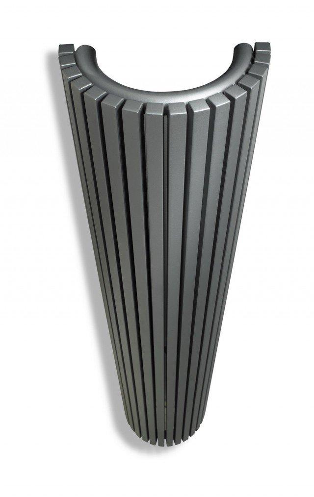 Può essere collegato a pompe di calore o caldaie a condensazione il modello Carrè Plus di Vasco. La struttura in acciaio è disponibile in più di 150 varianti di colore. In catalogo, varie larghezze (da 29,5 a 89,5 cm) combinabili con diverse altezze (160/180/200/220 cm) più una versione semicircolare da L 29,8 x H 180/200 cm. Prezzo su richiesta. www.vasco.eu