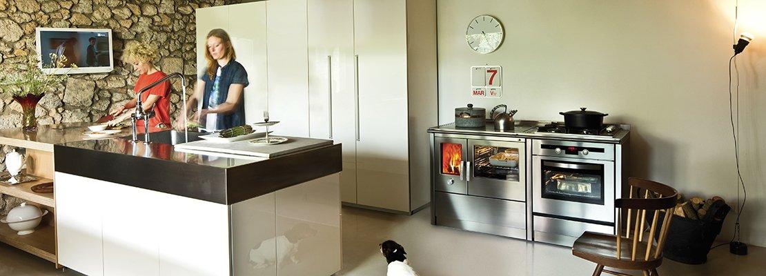 La cucina di una volta per cuocere e riscaldare come con - Forno a legna in casa ...