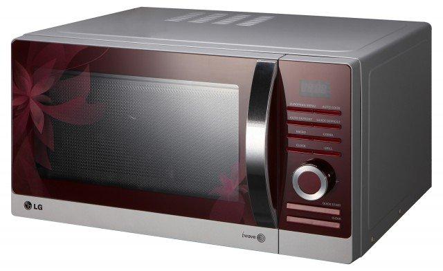 Il microonde Flower di LG è dotato del kit Steam Chef, ideale per la cottura a vapore di pesce e verdure, del piatto Crispy, per dorare alla base pizze e torte salate e di due griglie di altezze per grigliare, rosolare o gratinare alla perfezione gli alimenti. Capiente 28 litri, ha potenza di 900 watt e misura L 51 x P 44,4 x H 28,6 cm. Prezzo 199 euro. www.lge.it