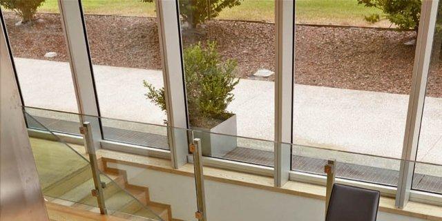Tavolo Cristallo Gambe Legno.Tavoli Piano In Vetro Gambe Protagoniste Cose Di Casa
