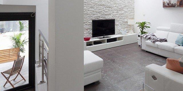 Luminosità e comfort per la casa dai volumi aperti