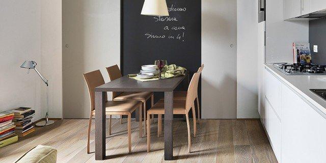 cucina bianca e zona pranzo con muro-lavagna in casa piccola 35 mq