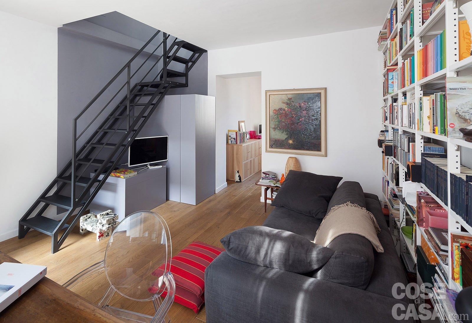 Casabook immobiliare 58 mq trasformati con mini interventi for Divano davanti porta finestra