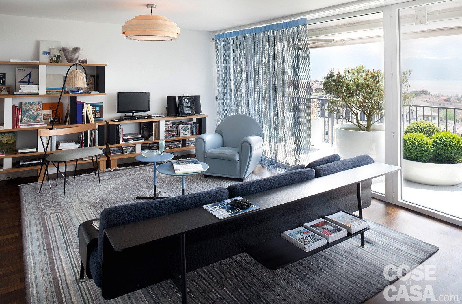 Maxi bilocale con terrazzo perfetto per due cose di casa - Divano al centro della stanza ...
