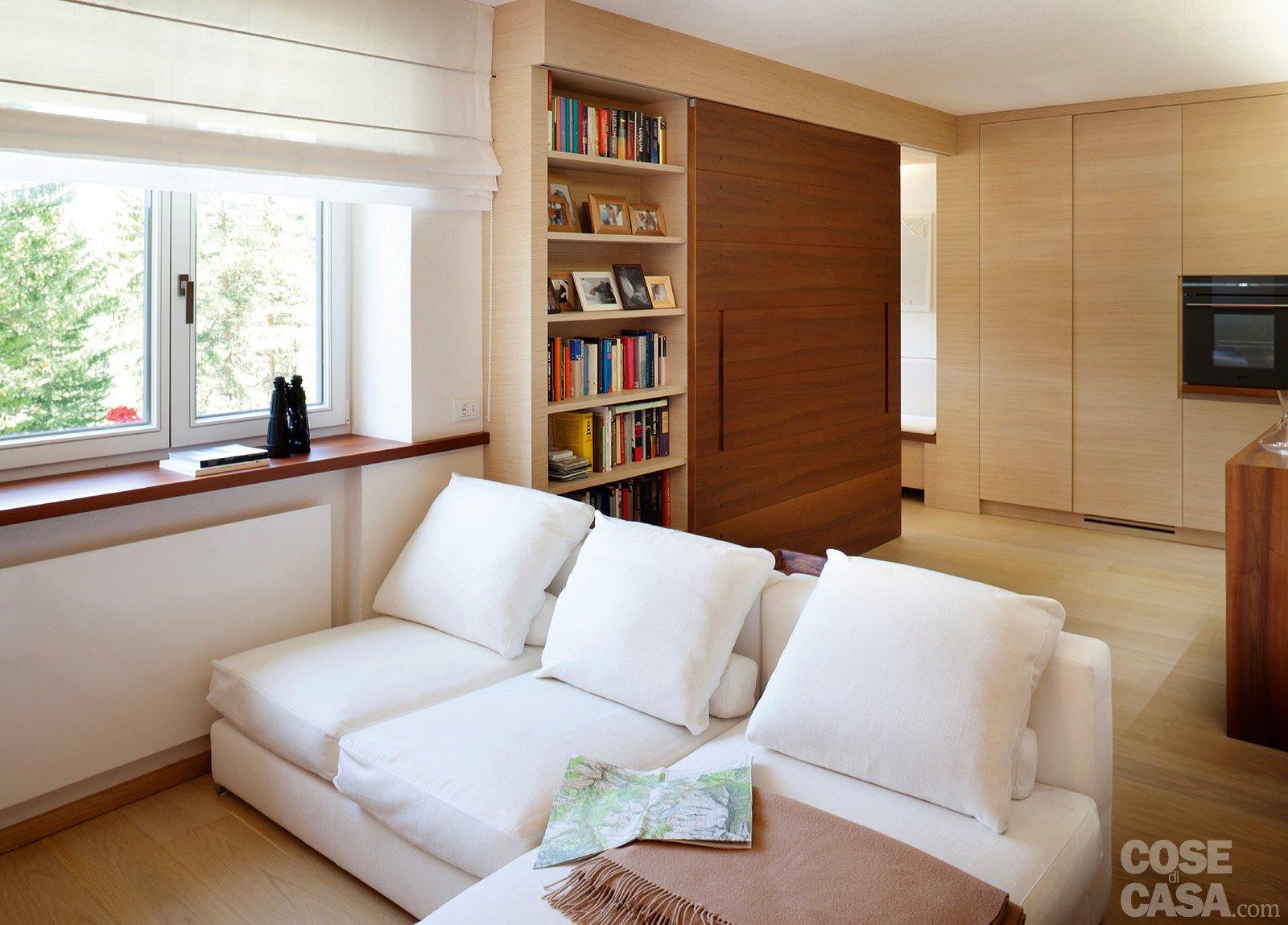 57 mq una casa con stanze trasformabili cose di casa - Divano di fronte alla porta d ingresso ...