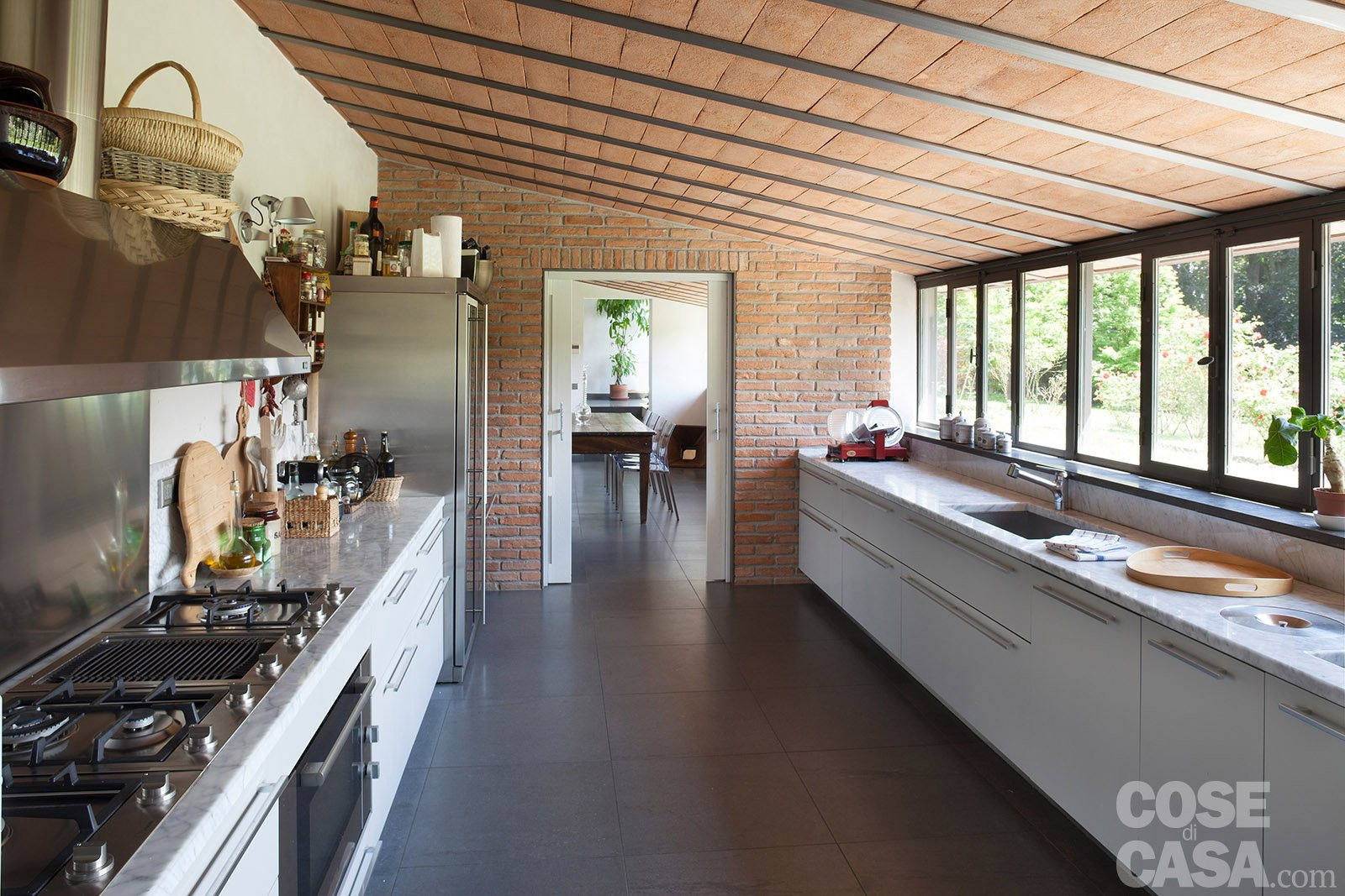 Da serra a open space una casa che si sviluppa in - Cucina in casa ...
