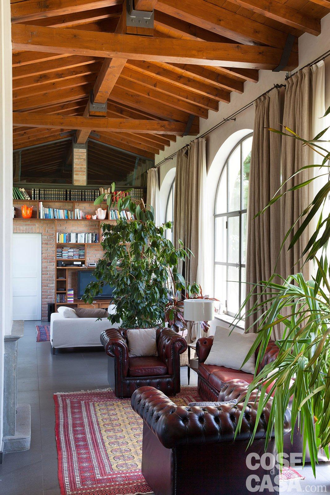 Da serra a open space: una casa che si sviluppa in lunghezza ...