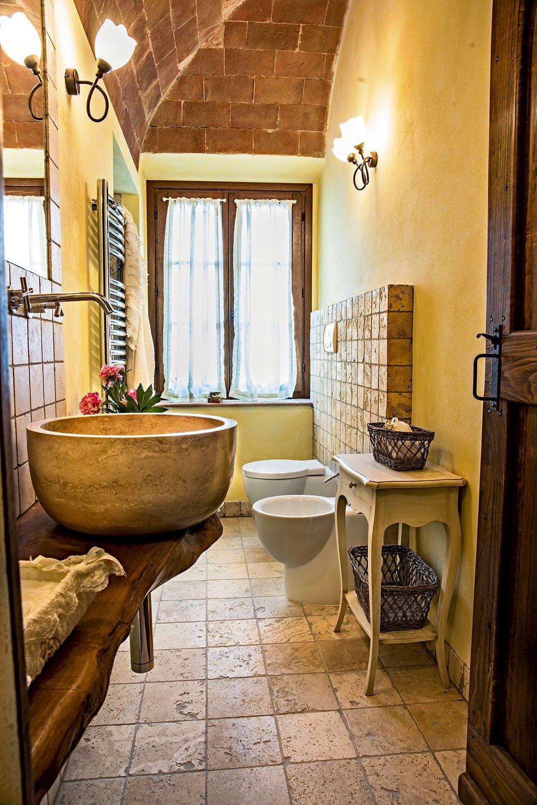 Pavimenti per il bagno dal travertino al gres cose di casa - Piastrelle bagno legno ...