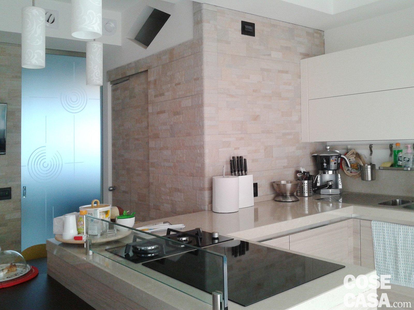 Foto2 cucina con rivestimento in pietra e porta scorrevole - Rivestimento cucina effetto pietra ...