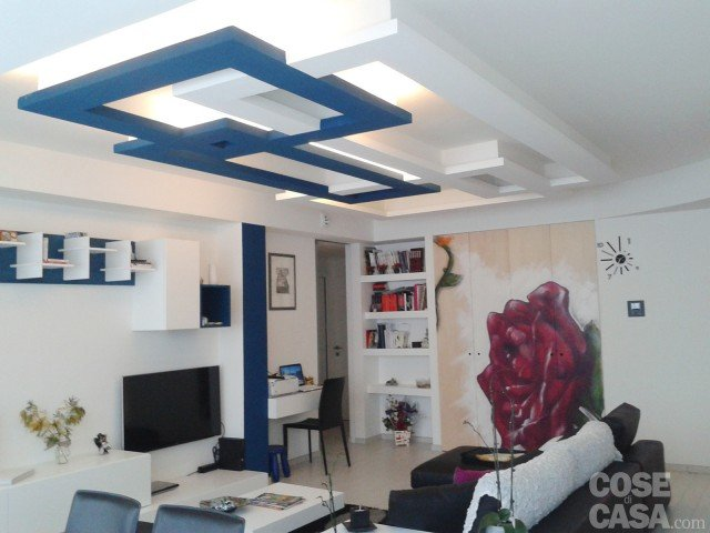 Una casa con giochi di luce soluzioni d 39 arredamento e for Salotto cartongesso