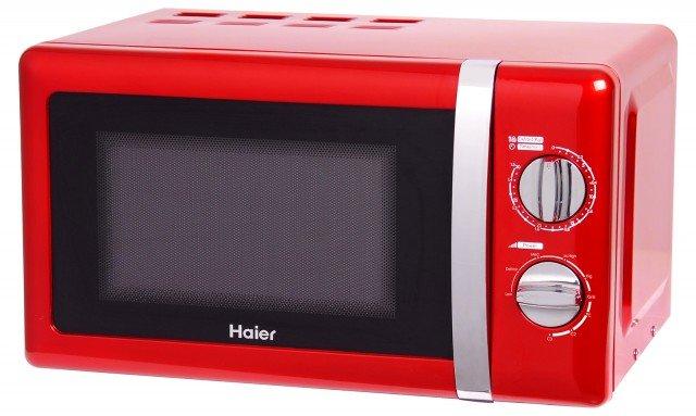 Rosso, il forno a microonde combinato HDL 2070 MGR di Haierha potenza di 700 watt e grill di 800 watt. La capacità interna è di 20 litri e contiene un piatto rotondo con diametro di 24, cm. È regolabile su 5 livelli di potenza. Misura L 45 x P 33 x H 25 cm. Prezzo 89 euro. www.haiereurope.com