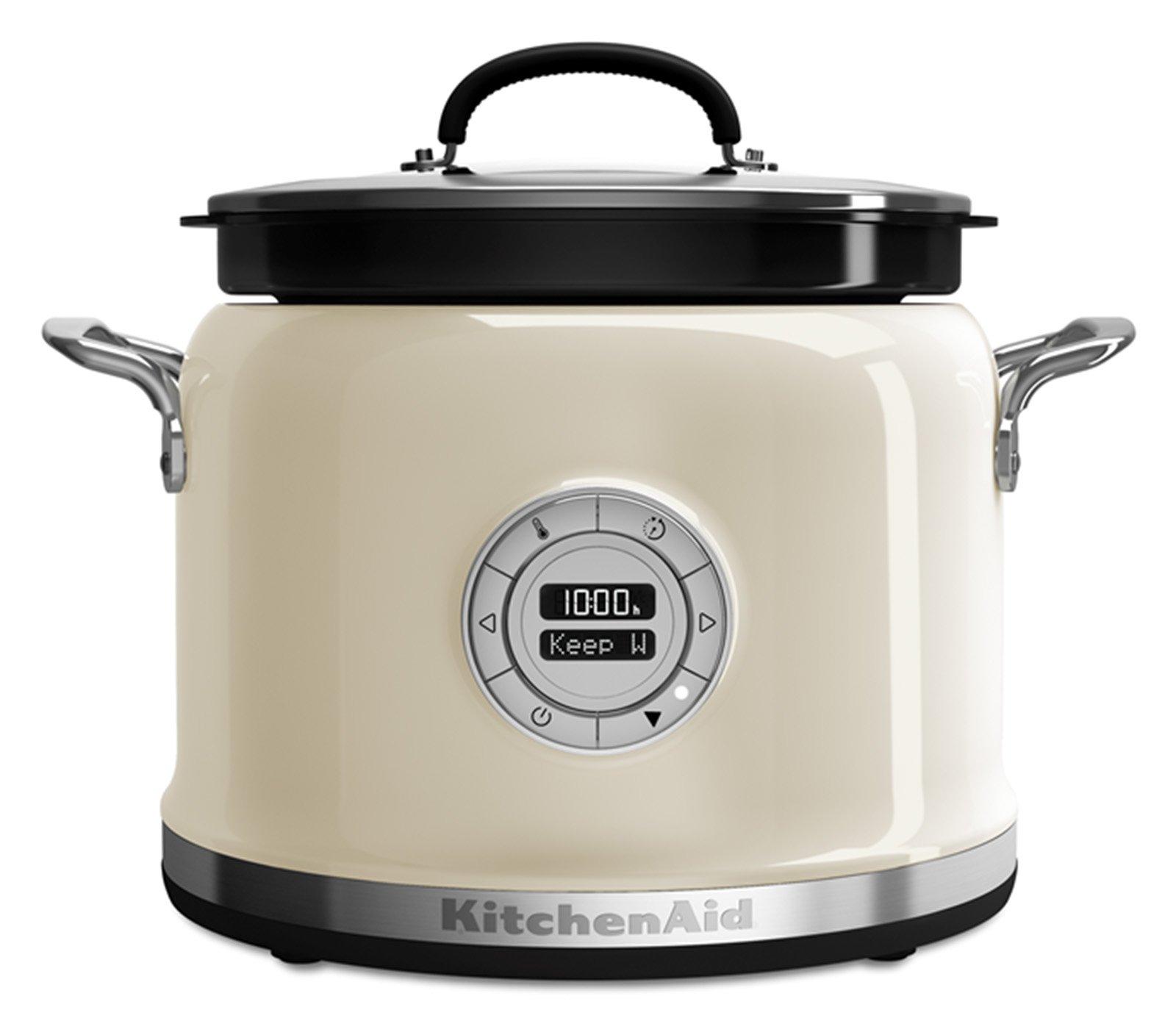 Multicooker di KitchenAid cela all'interno una ciotola di cottura in ceramica antiaderente da 4 litri. Dieci programmi di cottura e quattro modalità step-by-step (risotto, zuppa, riso, yogurt). Braccio mescolatore opzionale. L 37,8 x P 31 x H 30,2 cm. Prezzo: 449 euro. www.kitchenaid.it
