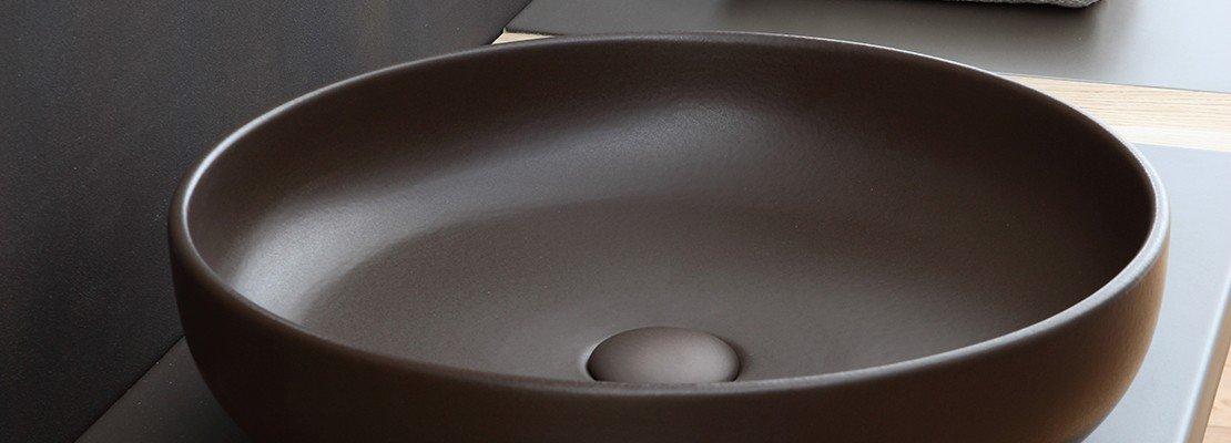 Bagno in stile etnico dalle tinte cacao al rosso lacca for Cielo arredi