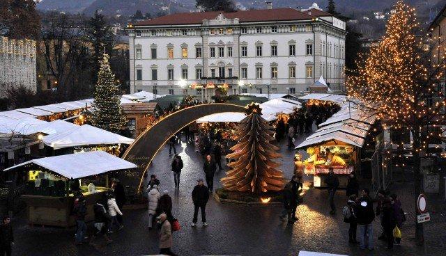 A Trento, per tutto dicembre e fino all'Epifania, doppio appuntamento con l'artigianato tipico: in piazza Fiera e in piazza Cesare Battisti.