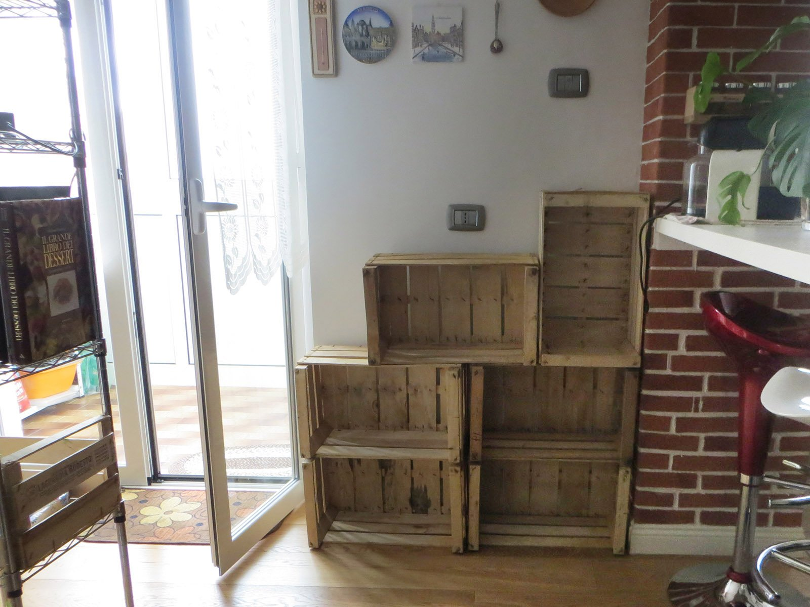 Riciclo creativo da cassette della frutta a mobile portatutto cose di casa - Parete in legno fai da te ...