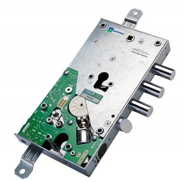 X Mode M2.0, Mottura, è una serratura meccatronica con tecnologia di ultima generazione interfacciabile con vari sistemi domotici. Si apre dall'esterno con il semplice passaggio di una chiave TAG oppure digitando il codice PIN sulla tastiera, eliminando così il mazzo di chiavi. È possibile scegliere tra card, chiave o chiave con sede chiave cilindro. Il controllo remoto domotico consente il collegamento di varie periferiche (per esempio impianto antifurto, lettore di badge, lettore di impronte). La tastiera esterna è retroilluminata, basta premere un tasto perché si illumini, agevolando la digitazione del PIN anche al buio. Su questa mostrina è possibile digitare un PIN compreso tra 3 e 8 cifre. I codici PIN sono contenuti nella scheda madre e non all'interno della tastiera, impedendo l'effrazione in caso di asportazione della tastiera stessa dalla porta. La massima sicurezza è assicurata perché il codice di apertura è unico e non duplicabile legalmente da terzi. Prezzi a partire da 508,00 euro, Iva Esclusa. www.mottura.it