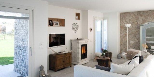 Per la casa country chic, la stufa in ceramica bianca è perfetta