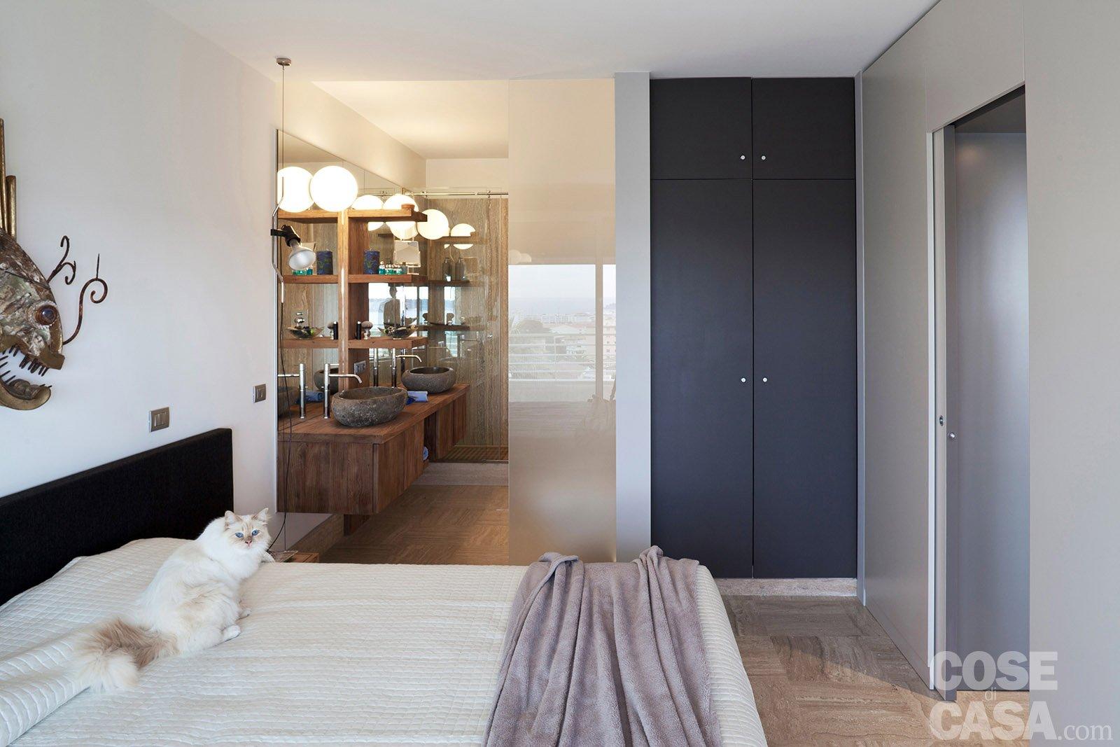 In 57 mq due bagni per la casa dagli incastri perfetti - Camera da letto con bagno ...