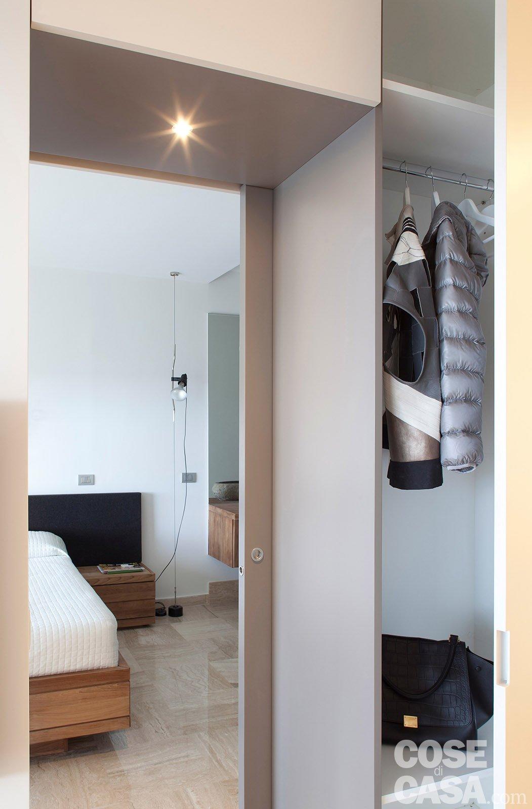 In 57 mq due bagni per la casa dagli incastri perfetti - Dividere una camera in due ...