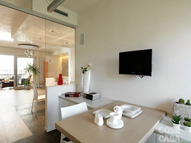 Una casa con ambienti ridisegnati cose di casa for Tavolo cucina muro