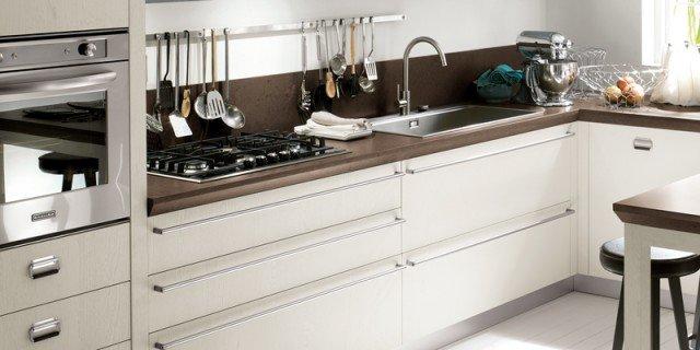 Nuove cucine con maniglia protagonista cose di casa - Barra portautensili cucina scavolini ...