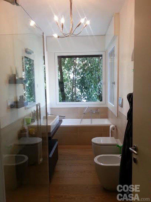 Una casa attualissima rinnovata contenendo i costi cose - Doccia finestra ...