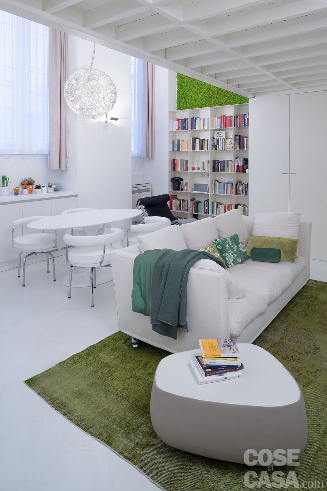 50 17 mq un piccolo loft total white cose di casa for Arredare piccolo soggiorno pranzo