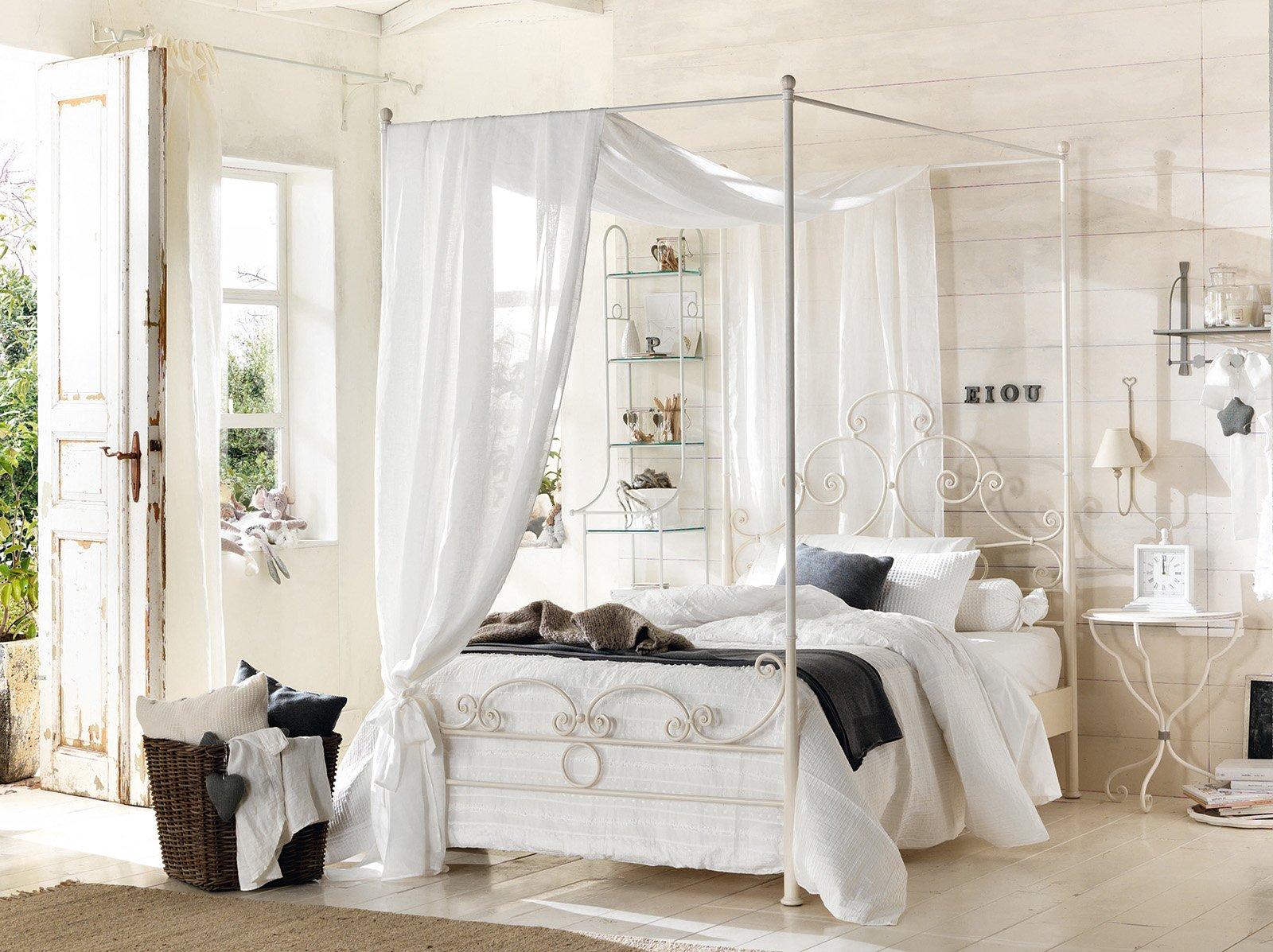 La cameretta romantica di gusto classico cose di casa - Camera da letto con baldacchino ...