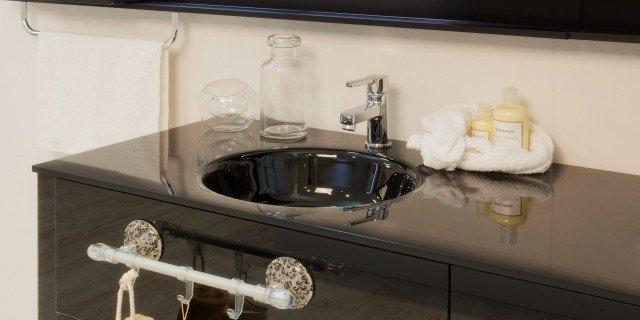 In bagno, accessori senza viti e tasselli