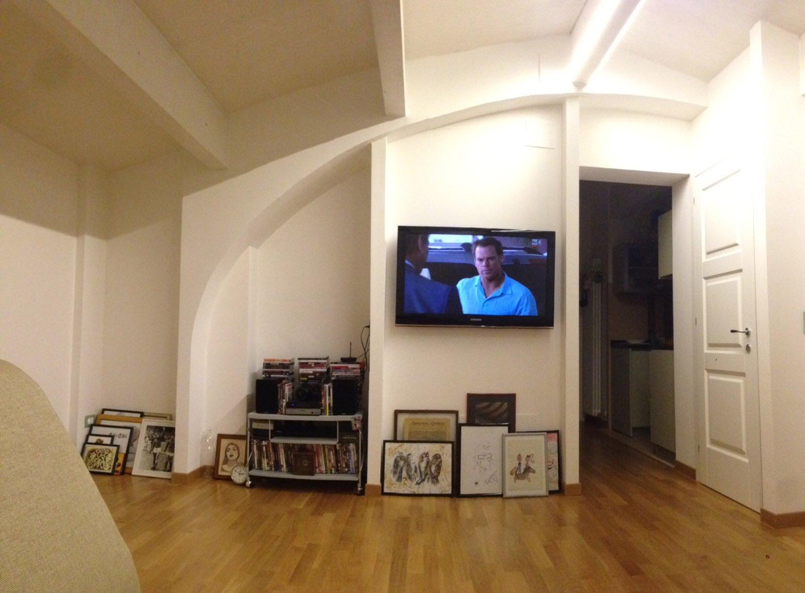 Come attrezzare una parete irregolare con libreria e tv? - Cose di Casa