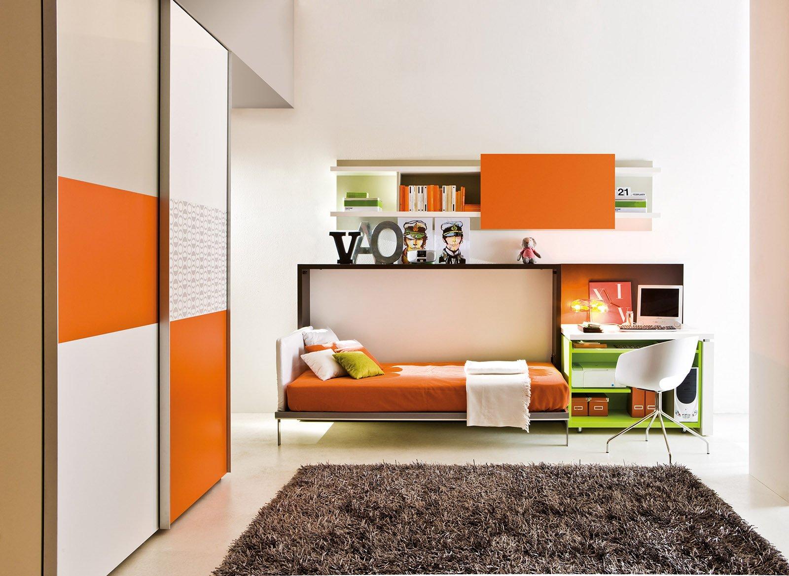 Poppi di Clei è un sistema trasformabile con un letto singolo abbattibile che si integra con il piano scrittoio fisso; i particolari arancioni vivacizzano gli arredi. Prezzo per la composizione 7.633 euro. www.clei.it