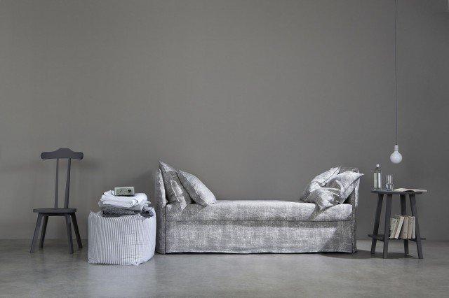 Open di Letti & Co è un divano-letto che ha la struttura in ferro con pannelli imbottiti, è completamente sfoderabile, corredato di rete a doghe in legno e predisposto per l'inserimento di un secondo letto estraibile. Misura L 98 x P 209 x H 87 cm. Prezzo 1.314 euro. Accanto ci sono la sedia/servomuto LC23 con la struttura in noce canaletto laccato grigio, misura L 51 x P 43 x H 110 cm, prezzo 545 euro e il comodino LC45 realizzato in massello di noce canaletto laccato grigio, misura ø 50 x H 65 cm, prezzo 475 euro. www.lettiandco.com
