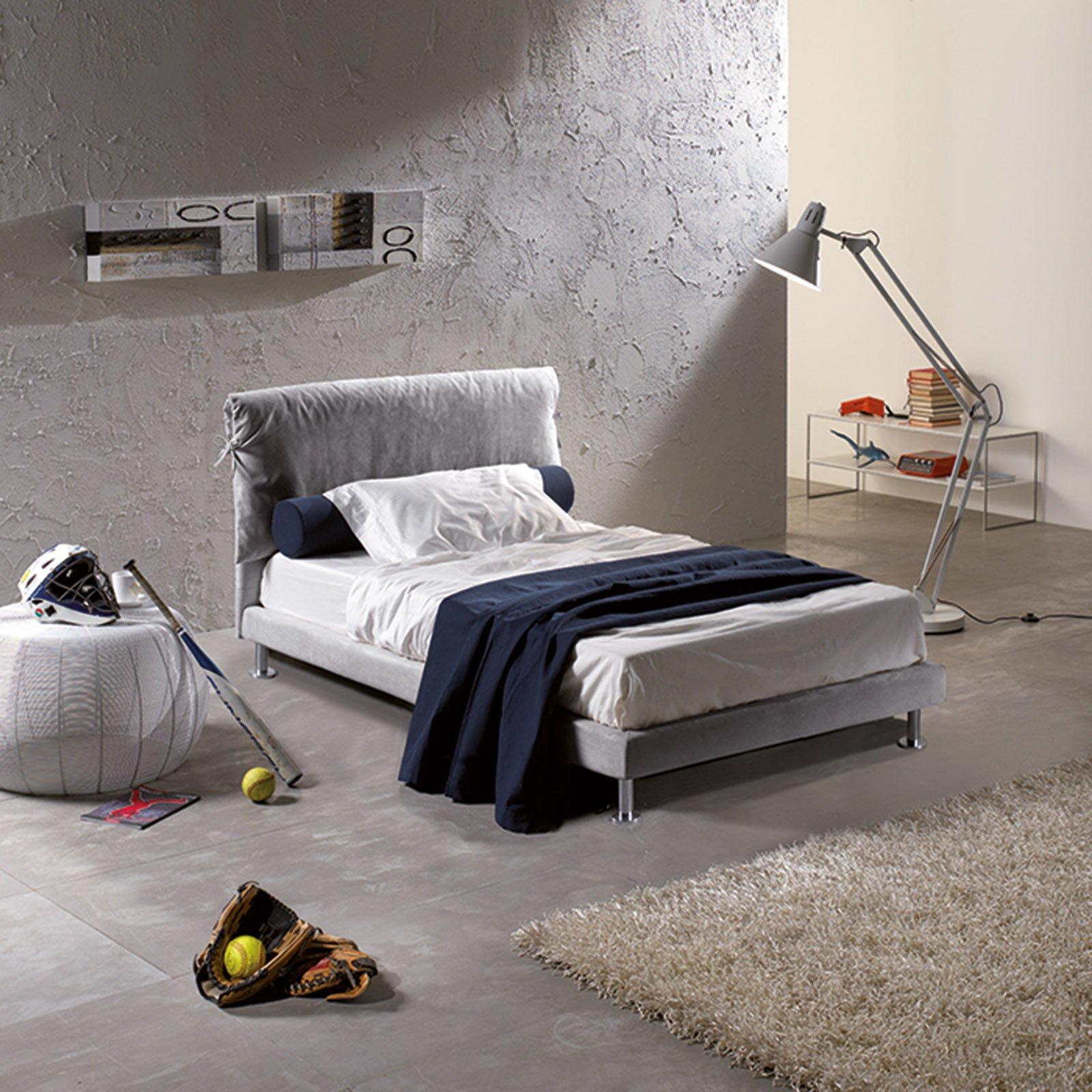 Il letto singolo Fiocco di Lettissimi ha la testata a cuscino unico e i piedini in alluminio lucido; è sfoderabile. Misura L 110 x P 211 x H 108 cm. Prezzo su richiesta.   www.lettissimi.com